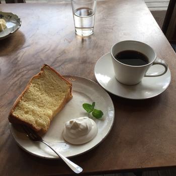 ネルドリップで淹れてくれるコーヒーはその名も「おいしいコーヒー」。水出しアイスコーヒーは24時間かけてゆっくり抽出されたスッキリテイストのお味です。自家製のシフォンケーキなどのスイーツもあり、お食事もできちゃう一粒で二度おいしい喫茶店です。