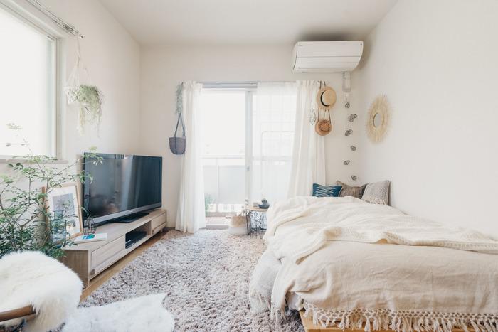 ワンルームや1Kの狭さを克服するには、レイアウトの工夫と共に、圧迫感のないインテリアを選ぶことです。背の高い家具よりも低いものを、濃く暗い色よりも淡く明るい色を選びましょう。透け感のあるものや軽やかな素材感のものも、圧迫感を和らげて、お部屋を広く感じさせてくれます。