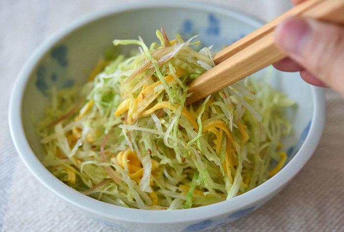 レタスで作る、和風サラダ。みょうががとても良いアクセントになっています。錦糸卵を合わせることで、優しい味わいに、そして彩りも良くなっているサラダです。