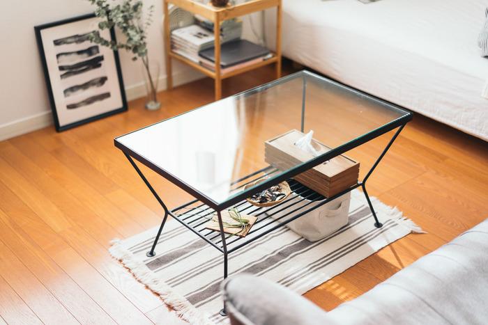 窓や床面がふさがれていると、実際以上に狭さを感じることになります。そんなときは、透け感のある素材を生かして、視線の抜けを作りましょう。光を通すシアーカーテンや、ガラス素材のテーブルなどがいいですね。間仕切りにオープンシェルフを使ったり、脚付きの家具で床面を見せたりするのもおすすめ。