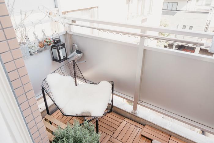 洗濯物を干すだけと思われがちなバルコニーも、立派なくつろぎスペースとして使えます。タイルなどを敷き、お部屋の延長のようにしてみてはいかがでしょう。床面が繋がるようにすることで、実際よりもお部屋が広く感じられる効果もあります。