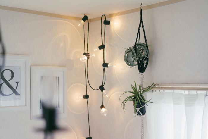 天井照明とは別に、間接照明をひとつ取り入れてみませんか。お部屋に奥行き感や立体感が増し、リラックスタイムの雰囲気作りにも◎。テーブルライトやフロアライト、LEDキャンドルのほか、防災用に持ち運べるタイプがあってもいいですね。