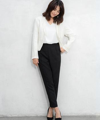 黒のパンツスーツは、着回し力が高いところが魅力的。ジャケットだけ白やカラーのものに変えれば、コーデもパッと明るい印象に変化しますよ♪