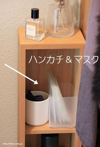玄関周りの棚には、お出かけ時に必要なアイテムをまとめておくと役立ちます。ハンカチやマスクなど、いつも忘れがちな小物をケースに入れてストックしておくと便利ですよ。ほかにも香水や服ブラシなど、身だしなみアイテムも収納を兼ねてディスプレイしてみましょう。
