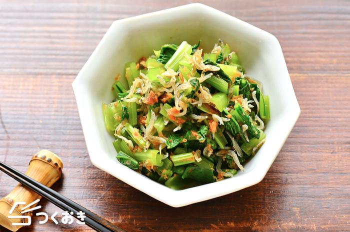 小松菜は電子レンジで加熱して、材料を混ぜるだけ。おかかとちりめんじゃこの旨味でパクパク食べられます!冷蔵庫で冷やしても美味しいですよ。