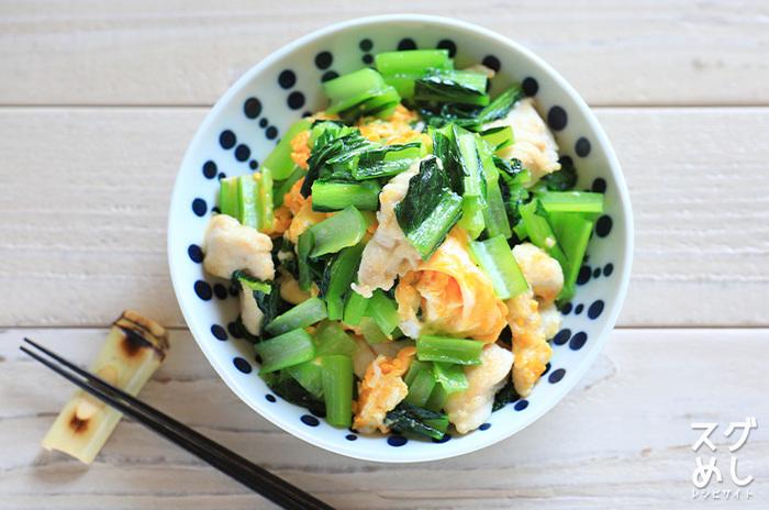 鶏むね肉と卵のたんぱく質がしっかりと補給できるメニューです。小松菜は油との相性も良いですよ。みりんと白だしであっさり優しい味わいに。