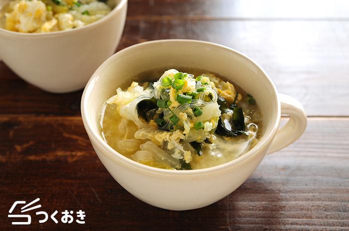 白菜は中華風の味とも相性抜群。春雨とわかめを加えることでボリュームのあるスープに。中華の献立のときに作りたくなりますね。