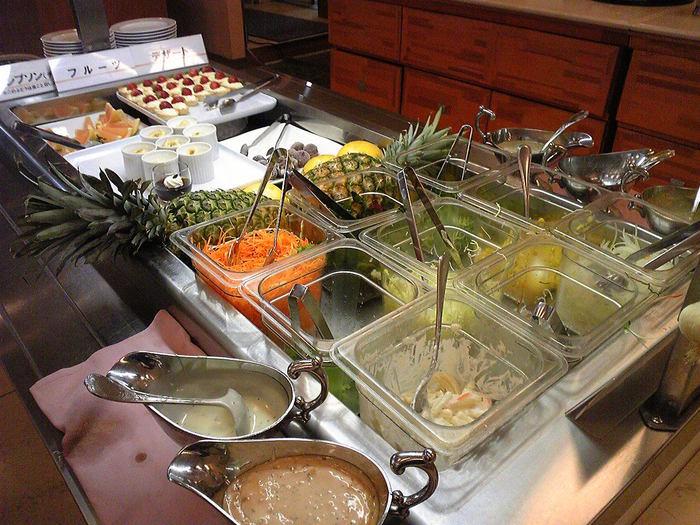 山形駅から徒歩5分、山形国際ホテル内1Fにあるレストラン「グロリアス」では、1130円とリーズナブルなお値段でランチを楽しむことが出来ます。 和洋折衷の本格的な料理、サラダバー、ドリンクバー、デザートがズラリと並びます。