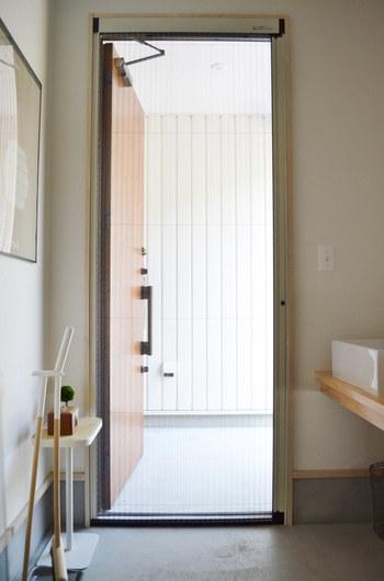 こちらは玄関をより広く快適に使うために、ドア部に網戸を設置した斬新なアイディアです。ドアがリクシル製なので、網戸も同メーカーでそろえたのだそう。横にスライドさせる仕組みで開閉も簡単。風通しのあまり良くない間取りの玄関や、夏場に玄関を開けっぱなしにしてお掃除したいときにも活躍してくれそうですね。