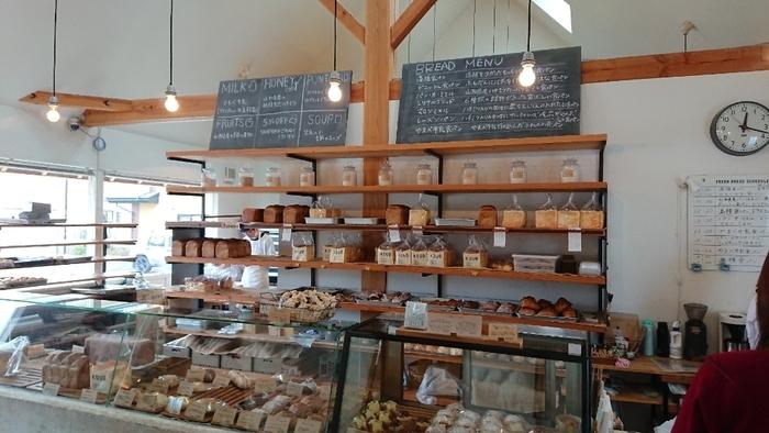 店内はとってもお洒落な雰囲気。棚やショーケースにパンがズラリ!まるでディスプレイされているみたです。 季節ごとに変動はありますが、食パンだけでも、なんと10種類ほど。その他のパンも合わせると常時約40~50種類のパンがあるそうです。