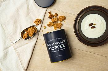 ブリキで出来た保存容器は、パッキンが付いていて密閉できる優れもの。コーヒー豆等の保存の他、グラノーラを入れても可愛い。