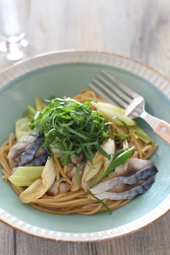 玄米麺を使用した和風なパスタレシピ。 しめ鯖、長ねぎなどの和の食材と合わせてお醤油味でシンプルな味付けに! 玄米全粒粉麺は、茹でる前では玄米の香りがしますが、茹でた後はクセも無く、もちもち食感なので食べ応えも抜群!お腹を満たしてくれますよ♪
