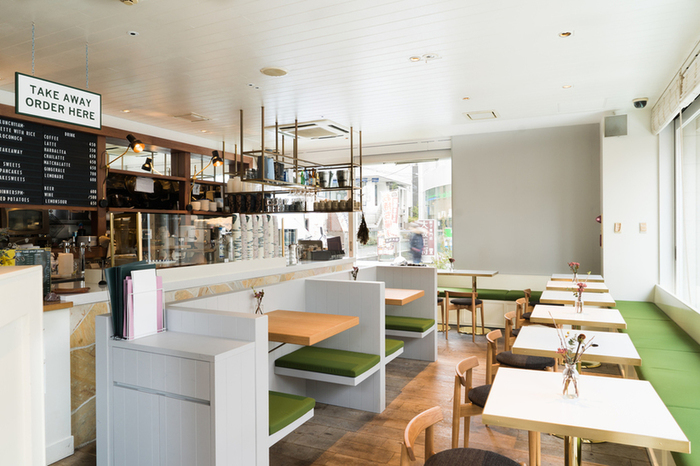 店内は「森の中のカフェ」をテーマに、避暑地の隠れ家カフェをイメージしたデザインになっています。明るく開放的で、窓柄の光が気持ちいい。天気のいい日には、テラス席もおすすめです。
