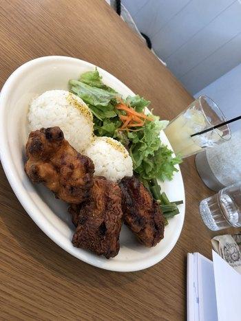オムライス以外では、ハワイアンプレートも注目!ボリュームもあって野菜もしっかり食べられるので、しっかり食べたい日におすすめです。