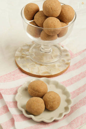 3ステップで簡単に作れちゃう口どけなめらかなクッキー。 米粉をつかっているので振るう手間が無く、くるくる手で丸めてオーブンへ…。 きな粉好きにはたまらない、優しくて素朴な味わいのクッキーです。