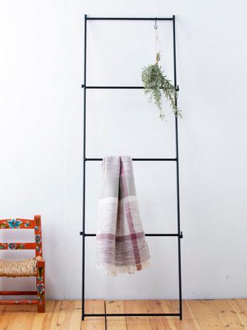 ロープを吊るすときにはS字フックを使うと便利です。安定して吊るすことができる上、他のものへの架け換えも簡単です。
