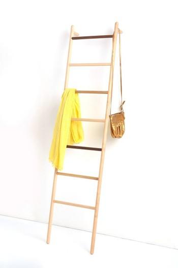 帰宅後のバッグやストールなどをちょい置きしたいときにもラダーはおすすめ。玄関に置いておけば、ついつい床に直置きして散らかってしまうというのも避けられます。