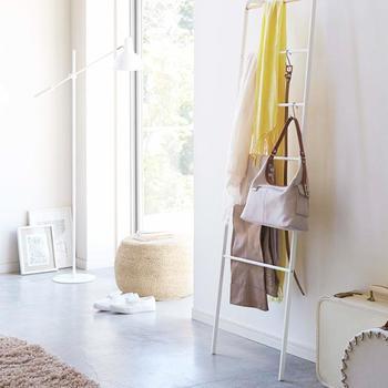 バッグやベルトなどの収納もS字フックが得意です。ラダーは高さがあるので、長いものもきれいに収納できますね。
