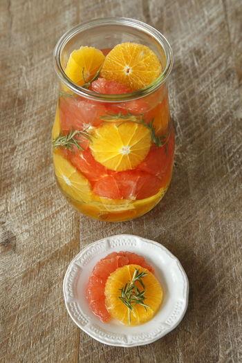 ローズマリーで香り付けしたグレープフルーツとオレンジのシロップ漬けも、爽やかな夏にぴったりの一品です。デザートとしてはもちろんのこと、メイン料理の付け合せにしたり、シロップを紅茶で割ったりと、様々なアレンジが楽しめます。