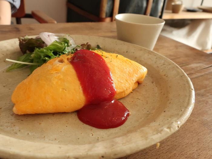本命のオムライスは、お手本のような美しい見た目!卵はとろとろ。中身は和風のツナライスなので、普通のオムライスとはひと味違いますよ。チーズトッピングも人気です。