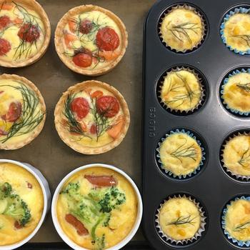 キッシュとは、生地を敷いた上にアパレイユとよばれる卵と生クリームでできたソースと野菜などの具材を流し込み、チーズなどをのせて焼き上げたもの。フランスが発祥のお料理です。
