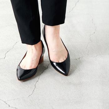 バックベルトのないミュールやサンダルはオフィスカジュアルには向きません。また、ブーツも控えた方が無難でしょう。足元も洋服と同じように、上品できちんと感のある装いでまとめたいですね。