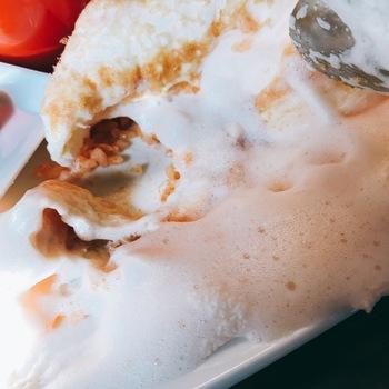 卵は、黄身まで白い北海道産の「米艶(こめつや)」という卵が使われていて、味が濃くしっかりしています。ホワイトマッシュルームを使ったバターライスとの間には、チェダーチーズが挟んであって、何とも贅沢な味わいです!