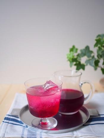 ワインのような深みのある色合いが美しい「赤しそシロップ」です。お砂糖控えめなので暑い夏でも飲みやすく、子供から大人まで家族みんなで美味しいドリンクが楽しめます。
