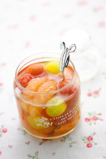 カラフルなミニトマトに、ピンクグレープフルーツを合わせた彩の綺麗なシロップ漬けです。そのままでデザートとしてはもちろんのこと、ソーダ割りやスムージーなど、いろいろなアレンジも楽しめる一品です。