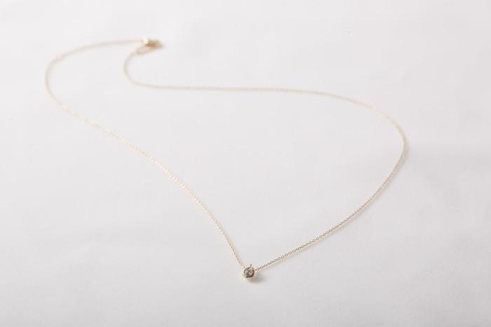 ネックレスも華奢なタイプを。きちんと感のあるオフィスカジュアルには、装飾の少ない、シンプルで上品なデザインがマッチします。