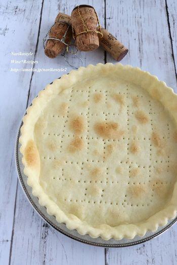 キッシュのサクサクの生地も手作りすることができます。小麦粉とぬるま湯、水にオリーブオイルで風味付けしています。思いのほか簡単に作ることができるので、驚いてしまいますよ。