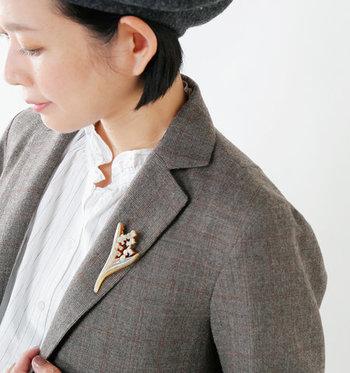 スーツもインナーも新調している時間はない。 そんなときは、小物使いでいつものスーツスタイルをおしゃれにみせてみませんか?スカーフなどの布小物や、ブローチやコサージュで差をつけて。ただし、陶磁やフエルト地などはアンバランス。デザインには気をつけて。