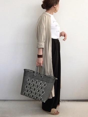 マキシ丈のロングカーディガンは、羽織るだけで上品さが漂う大人の女性に嬉しいアイテム。カジュアルなTシャツコーデに上質感をプラスします。