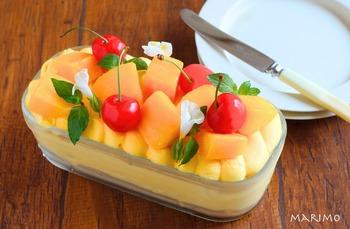 こちらはマンゴーピューレを使ったアイスで楽しむ冷たいスコップケーキのレシピ。市販のピューレを使っていますが、冷凍マンゴーに砂糖とレモン汁を加えてミキサーにかければOK!スポンジの上に、クリームや冷凍マンゴーを乗せて冷やしかためれば完成です。