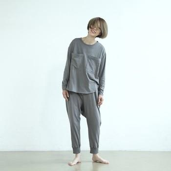 睡眠の質を高めるには、寝心地のいいパジャマを着ることも大切。素材やサイズ感、通気性などにこだわったものを選びましょう。