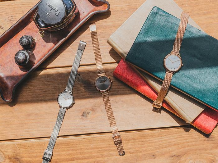 ベースのデザインは同じでケースが小さくて丸い、先ほどのモデルと姉妹のような『CALINE(カリーヌ)』。 「愛らしい」「ハグ」といった意味のフランス語が由来で、腕時計が醸す可憐な雰囲気にネーミングがとてもマッチしています。
