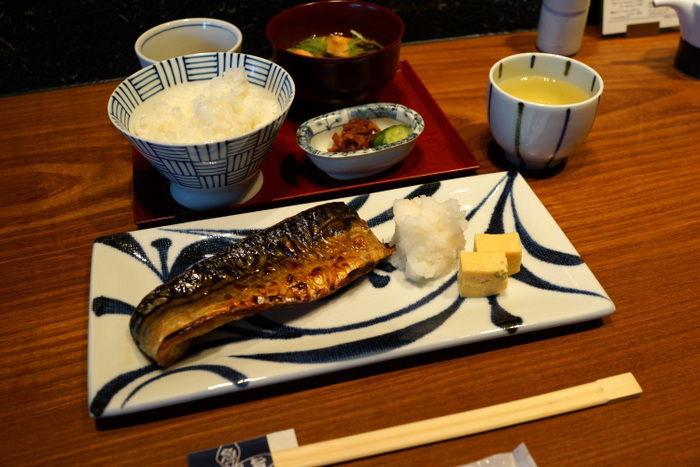 ランチの営業は11時から。焼き魚の定食が定番です。お魚は、鯖の塩焼きや鮭の粕漬焼き、銀だらの西京焼きなど。焼き加減が絶妙で、シンプルなメニューではありますが、ひとつひとつ丁寧に作られていることが分かります。