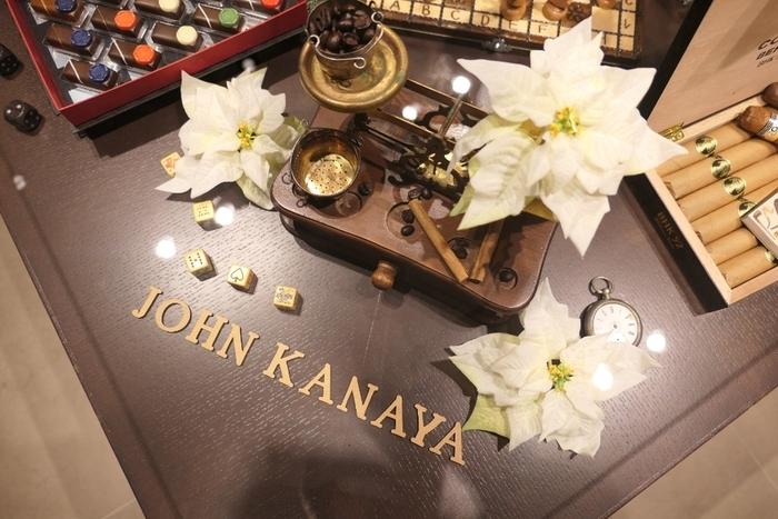 父の日や還暦などの節目のお祝い。年配の男性への手土産を探す時には「ジョンカナヤ」がおすすめです。恵比寿にあるお店には、ダンディズム溢れる空間に美しくディスプレイされたスイーツが並びます。
