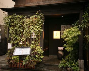 飯田橋駅西口から徒歩6分。早稲田通りから脇道に入り、石畳の路地を進むと現れる「花かぐら」。本格的な創作和食が楽しめる小料理屋さんです。