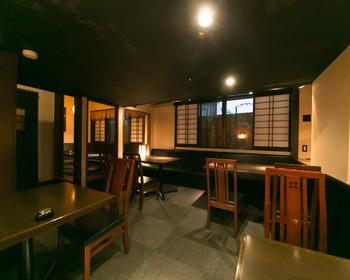 店内は、ひっそりとした隠れ家のような雰囲気。落ち着きのある大人の空間です。2名から利用できる個室もあります。特別な日のランチにもおすすめです。