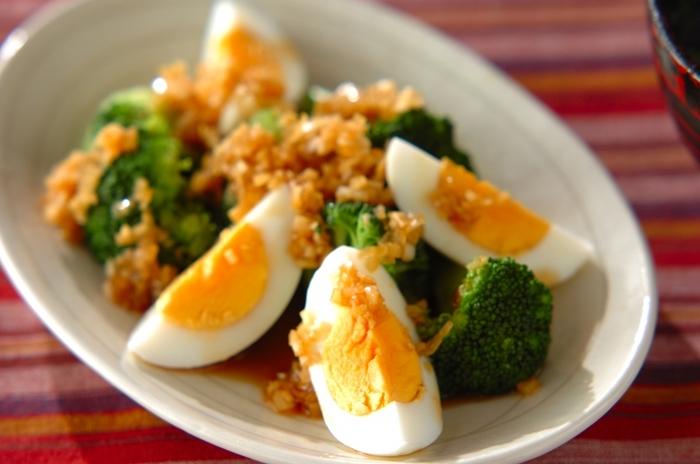 葱ソースがアクセントになった「ブロッコリーと卵のサラダ」。卵は完全栄養食品と呼ばれるほど栄養価が高く、コラーゲンの主原料であるアミノ酸も豊富に含まれています。ゴマ油が香るねぎソースがクセになるおいしさです。