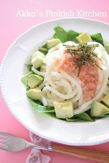 明太子であるタラコにはビタミンC・Eはもちろん、9種類ものビタミンが詰まっていると言われています。そんな明太子をちょっぴり贅沢に、たっぷりかけたこちらのレシピ。サラダ感覚でうどんが楽しめます。