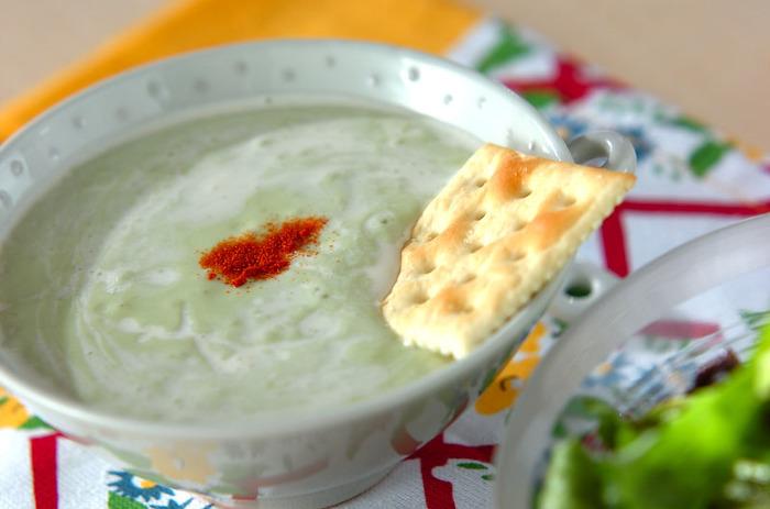 牛乳やヨーグルトにはタンパク質をはじめ、ビタミンなどたくさんの栄養が豊富に含まれているので積極的に摂りたい食材。こちらのレシピはヨーグルトが入っている分、さっぱりとした仕上がりになっています。暑くなって食欲がない時でも、スープなら食べやすそうですね。