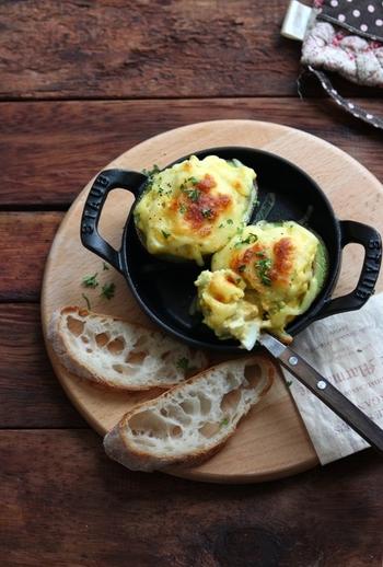ゆで卵ををみじん切りにしてマヨネーズと合えたら、くり抜いたアボカドの器へイン!チーズをかけてトースターで焼けば、おもてなしにもぴったりなグラタンが完成します。栄養豊富な卵とアボカドがたっぷり入った一品です。