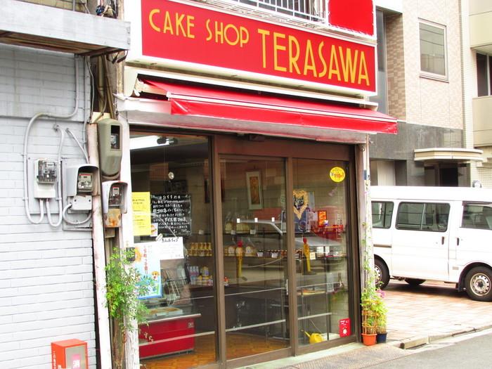 生クリームコロネや可愛らしい袋が人気な「テラサワ」は、奥浅草のさらに隅田川寄りにあります。パンだけではなくアップルパイなどのケーキも置いているショップです。店内にはケーキが並ぶショーケース、その奥には工房があり、下町の情緒を感じます。