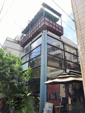 外苑前駅から徒歩約10分。細い路地を抜けた先にある一軒家カフェ「ティー・シゼン」は、隠れ家のような雰囲気のあるお店です。