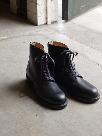 武骨でベーシックなレースアップブーツが意外にも着物によく合います。  裾がくるぶしより上になるよう、少し短めに着るとバランスが良いので、ブーツも足首より長めのものを選ぶのがポイント。