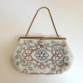 着物の時、バッグは和の雰囲気のあるものを選びがちですが、こんなフランスアンティークのビーズバッグも着物の時代感によく合うんです。  お財布・携帯・ハンカチとリップ程度のミニマムな持ち物でサッと気軽におでかけしたいですね。