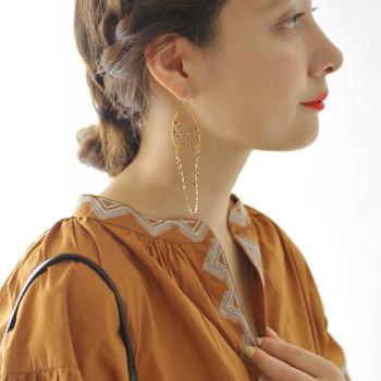 真鍮のチェーンにきらきらと光を反射するガラスビーズを合わせたピアス。歩くたびに柔らかく揺れるピアスは、涼やかでとってもおしゃれ。エスニックテイストなコーデはもちろんのこと、ドレスアップの際にも付けられる、華やかなデザインです。