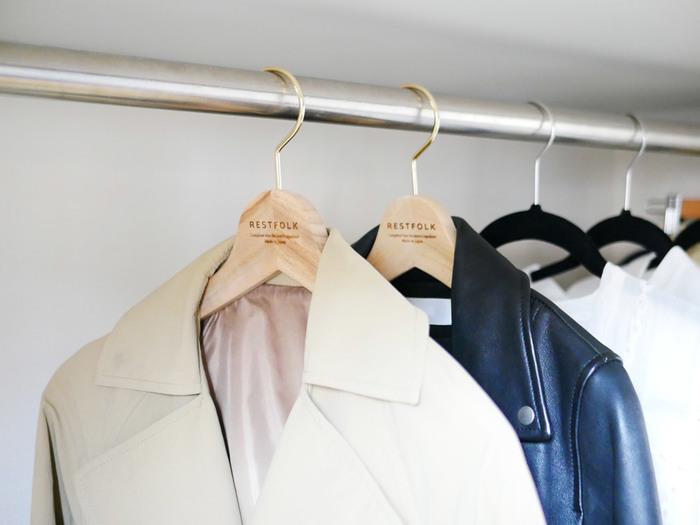虫よけの木として知られる、クスノキを使用したハンガーは、防虫機能がありナチュラルな雰囲気もおしゃれ。 羽織りモノ、薄手のトップス…など、服の種類ごとにハンガーの色を分けることで、どのジャンルの服がどれくらいあるのか一目瞭然◎